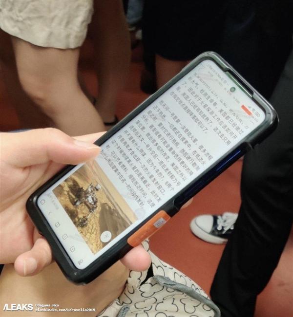 小米新机地铁遭偷拍:首次搭载中央开孔屏、侧边指纹